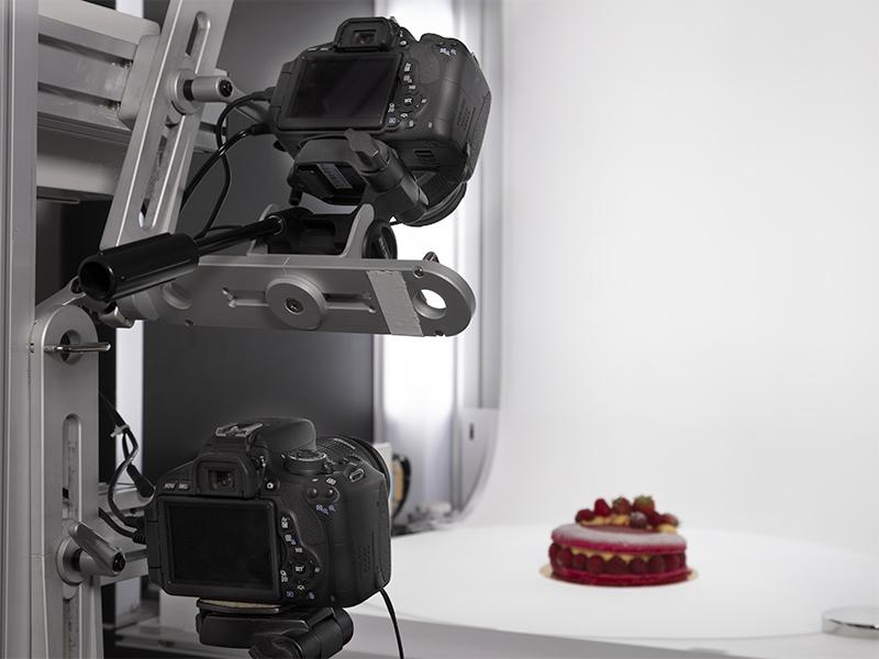 Zoom in op twee camera's op de meervoudige arm om een cake met meerdere hoeken te maken
