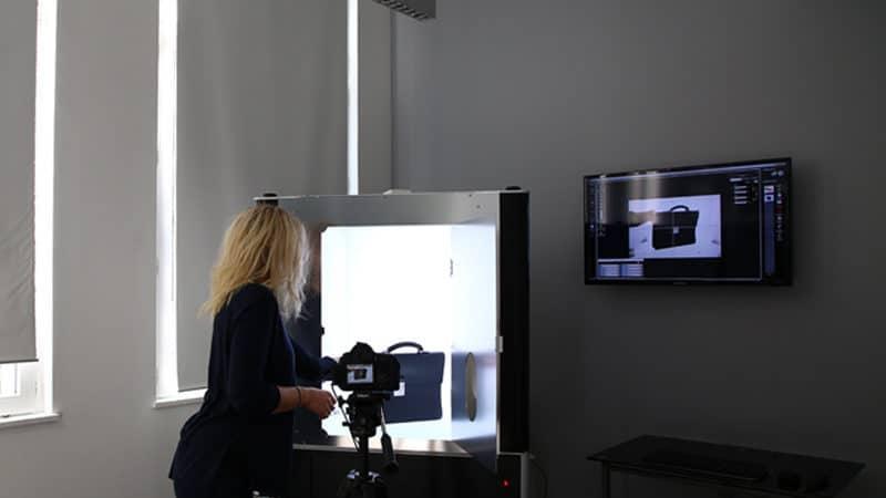 hoe je lederwaren fotografeert via een geautomatiseerde fotostudio