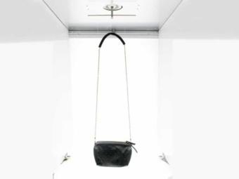 foto van een tas in een geautomatiseerde fotostudio