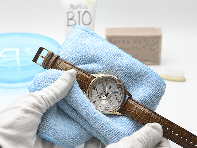 Een lederen horlogeband schoonmaken
