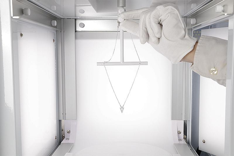 2. Hang de halsketting op de 360 ° draaischijf